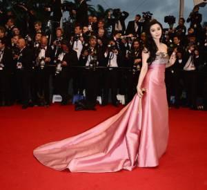 Fan Bing Bing en robe et minaudière Louis Vuitton lors de la première montée des marches du Festival de Cannes 2013.