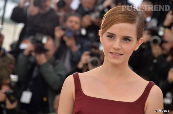 """Emma Watson mise sur un top court et une jupe Christopher Kane pour briller au photocall de """"The Bling Ring""""."""