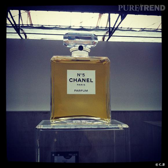 Le parfum Chanel N°5, star de l'exposition N°5 Culture Chanel.