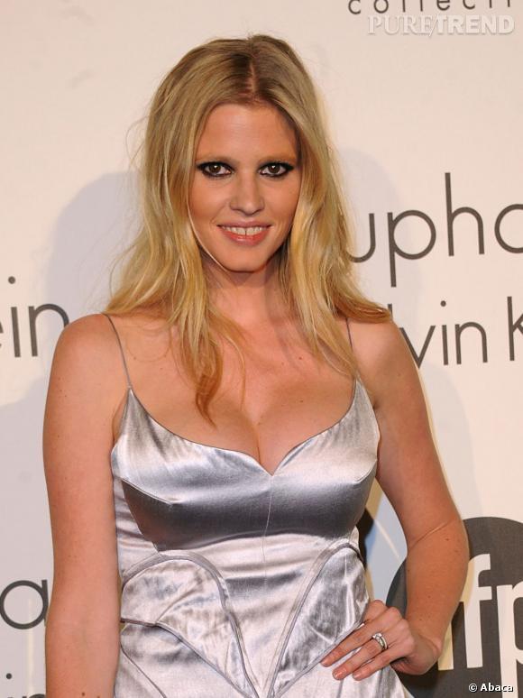 Les plus beaux décolletés de Cannes : Lara Stone, généreuse.