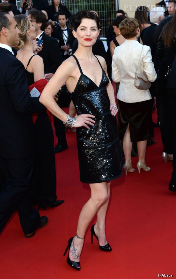 Delphine Chanéac en robe Courrèges, chaussures Saint Laurent et bijoux Avakian lors de la montée des marches du troisième jour du Festival de Cannes. Le style Gatsby l'a visiblement inspirée.