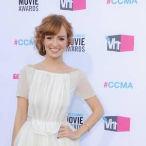 Ahna O'Reilly robe rétro bouffante avec des pointes de fluo, ravissante !