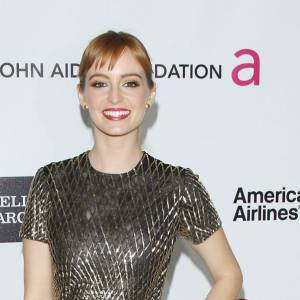 Ahna O'Reilly robe midi brillante et chaussures à plateformes qui allongent sa silhouette.