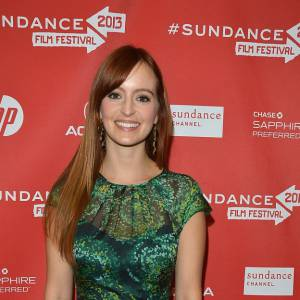 Ahna O'Reilly en robe verte qui ravive ses cheveux roux.