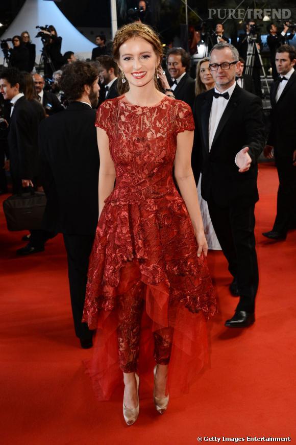 Ahna O'Reilly, le nom à retenir d'une perle du cinéma à venir ? La rouquine a conquis Cannes lors de la montée des marches, le jour 6, dans un ensemble Monique Lhuillier.