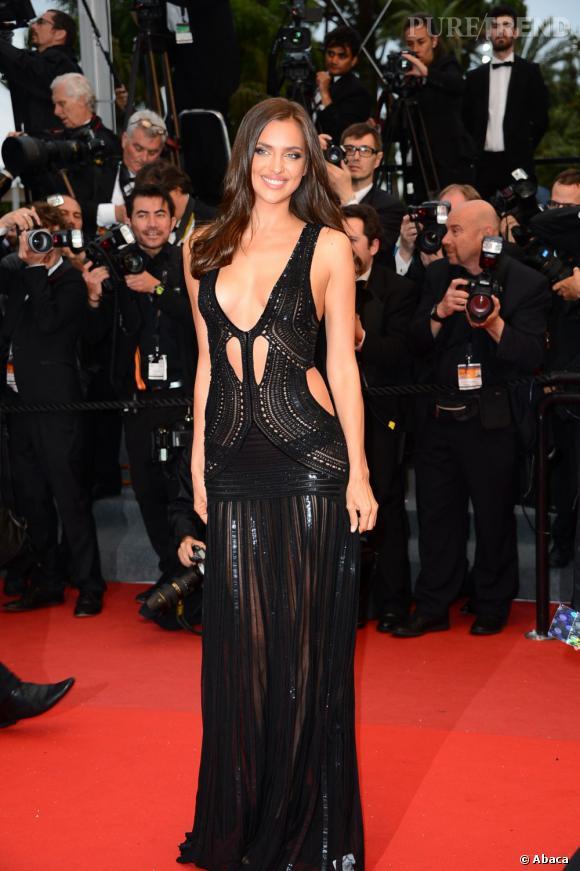 Irina Shayk opte pour une robe tout en transparence et jeu de découpes Roberto Cavalli.