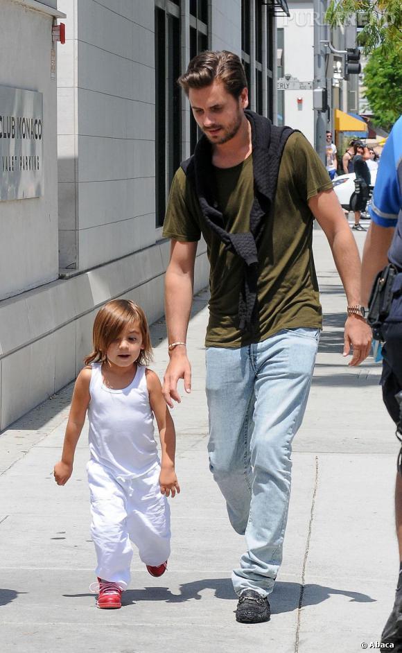 Scott Disick et son fils Mason, lors d'une promenade.