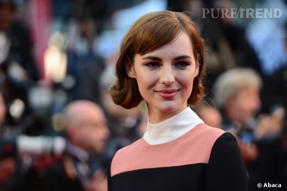 A chaque tenue son rouge à lèvres A Cannes, Louise Bourgoin choisit d'accorder ses lèvres au vieux rose de sa robe.