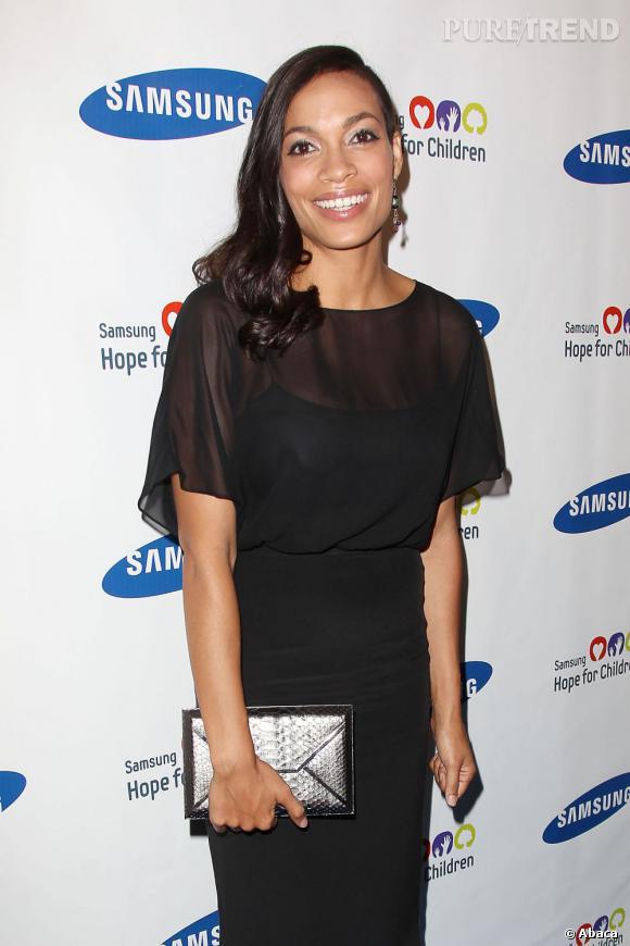 Rosario Dawson contraste sa coiffure avec une robe noire très élégante.