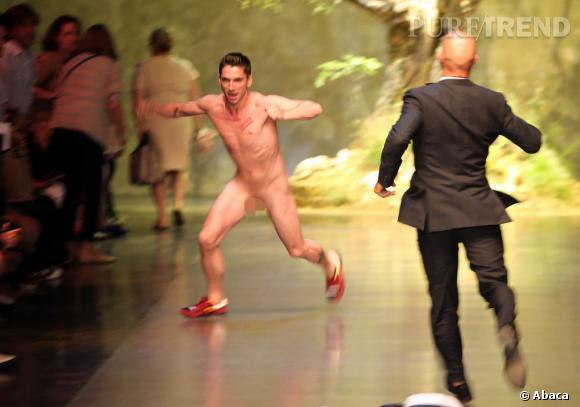 L'homme nu du défilé Dolce & Gabbana travaille pour le blog de mode allemand Dandy Diary.