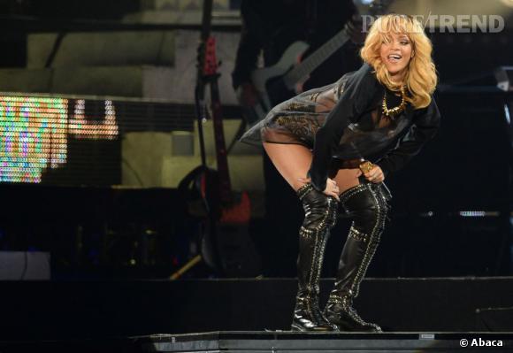 """Rihanna ne se lasse pas de """"twerker"""" sur scène, pour sa tournée """"Diamonds World Tour""""."""