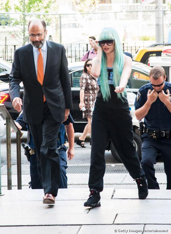 Amanda Bynes, joue le schtroumpf sportif avec sa perruque bleue et son style sportswear et elle va droit au flop !