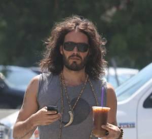 Russel Brand en pyjama dans la rue. Un look hippie bien too much !