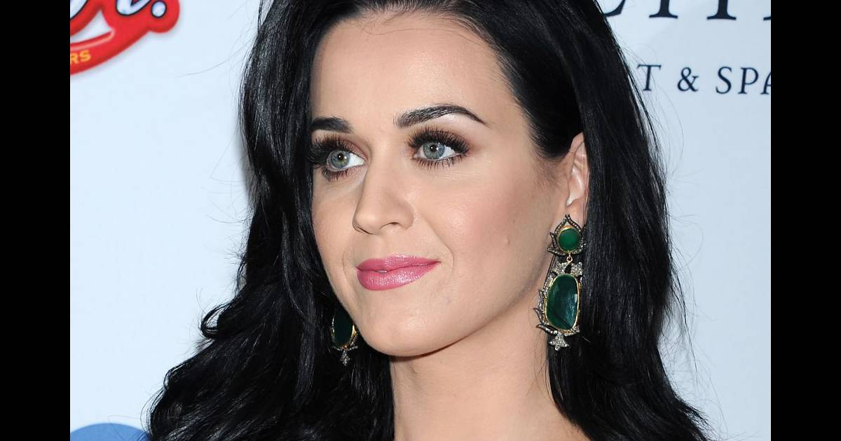 katy perry passe un temps fou a se maquiller. Black Bedroom Furniture Sets. Home Design Ideas