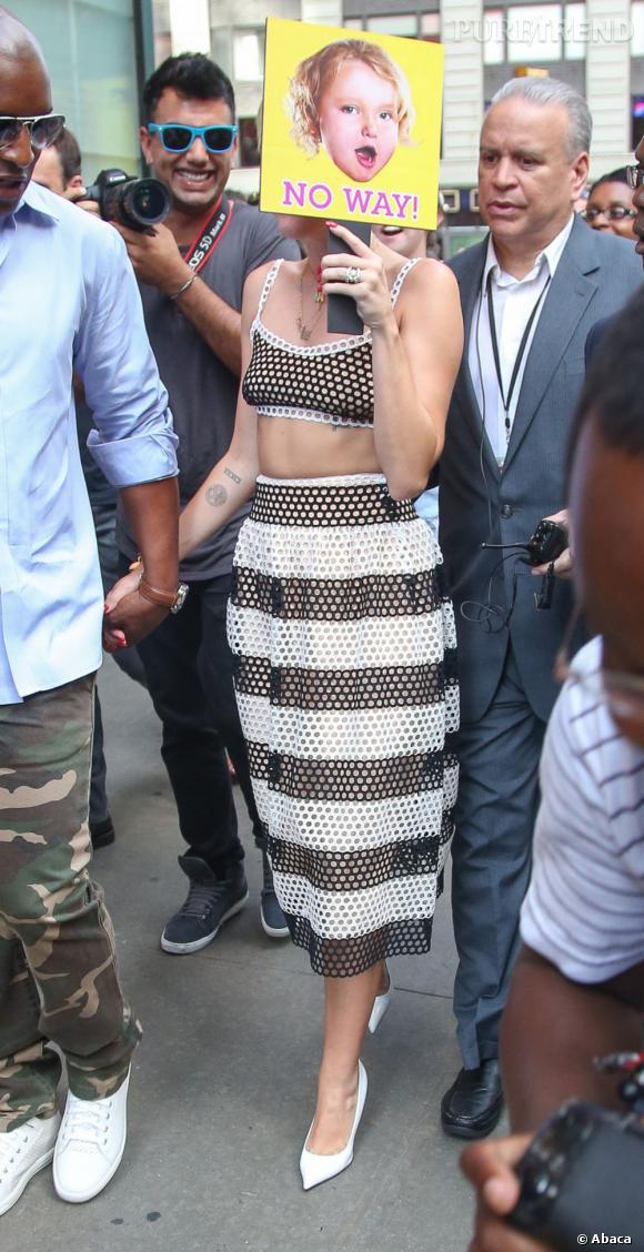 Miley Cyrus se cache des paparazzis avec un panneau humoristique !