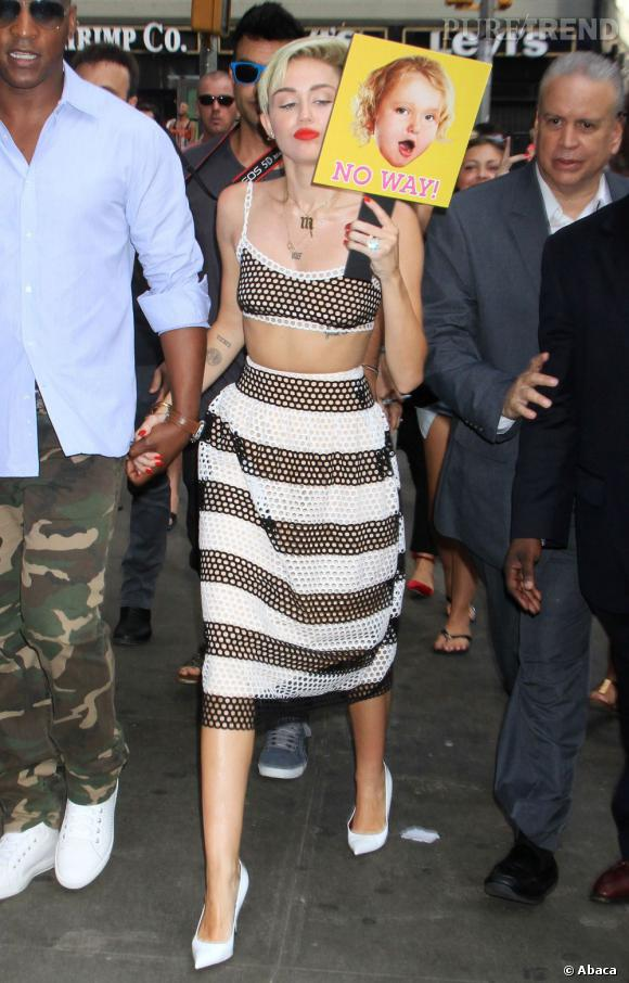 Miley Cyrus mise sur une jupe longue associée à un crop top entièrement troué.