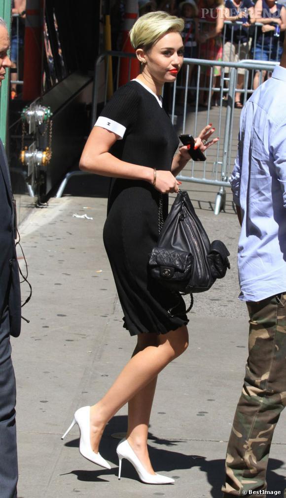 Miley Cyrus ne met pas de soutien-gorge pour cette tenue, mais n'oublie pas les escarpins à bouts pointus, très chic !