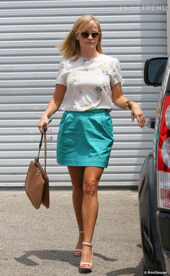Reese Witherspoon se juche sur des sandales Alexander Wang.