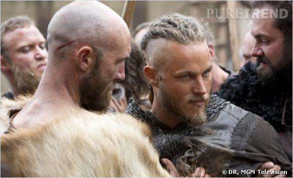 """Ragnar Lothbrok, le héros de """"Vikings"""" au crâne à moitié rasé coiffé de tresses."""
