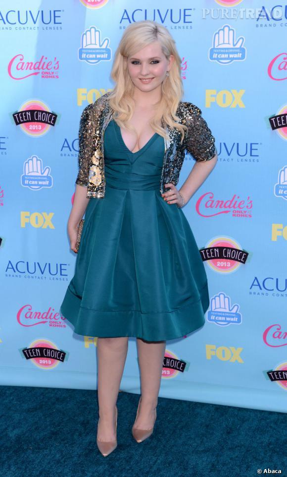 Abigail Breslin opte pour une robe trop petite qui l'étouffe et lui tasse la silhouette lors des Teen Choice Awards 2013.