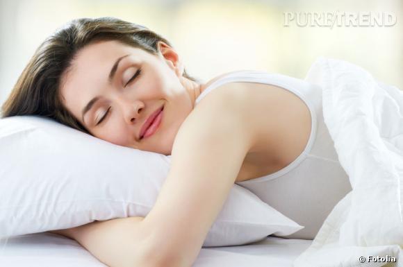 Dormir toujours du même côté accentue les rides sur la partie du visage qui repose sur l'oreiller. Pour éviter de les voir apparaître, on troque sa taie en coton contre une en soie ou en satin.