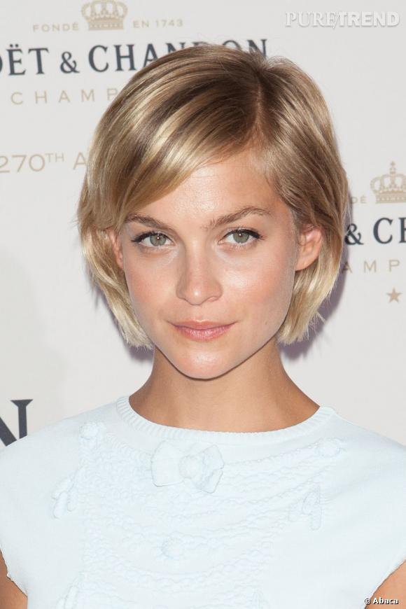 Passée au blond, Leigh Lezark n'en a pas moins conservé son joli minois.