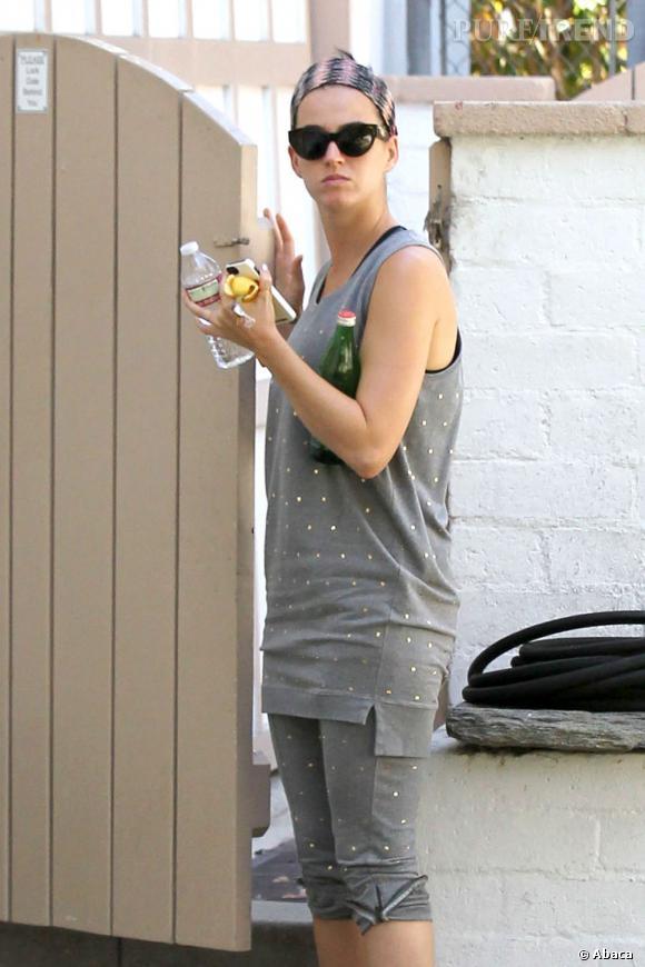 Loin des tapis rouges, Katy Perry fait un flop. De la tenue à la coiffure, tout fait négligé.