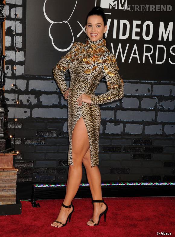 Katy Perry a beau se déhancher pour prendre la pose, sa tenue ne la flatte pas.
