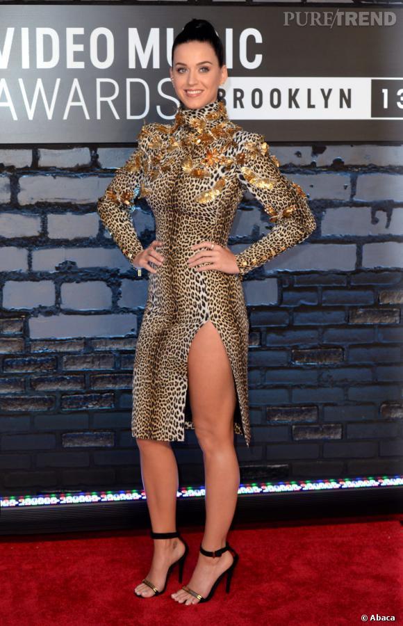 Katy Perry misait sur le fendu de la robe pour une apparition sexy : c'est raté...