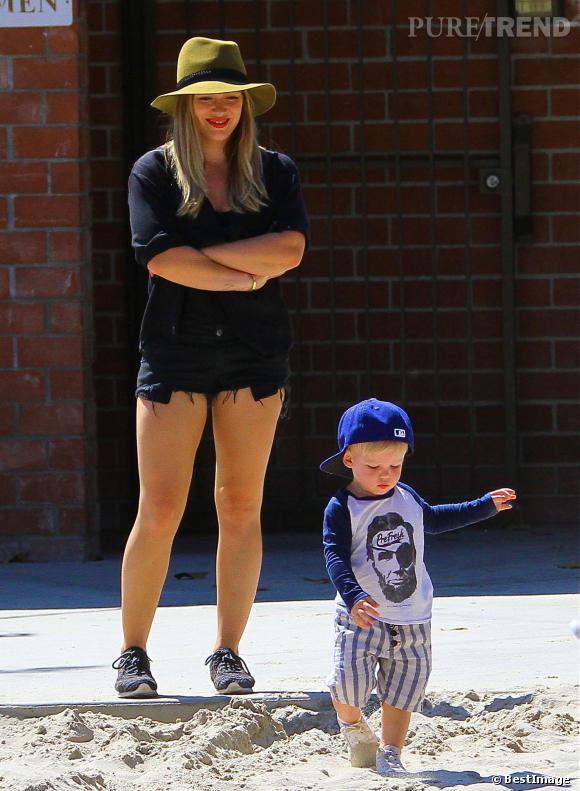 Le petit Luca goûte aux joies du bac à sables sous le regard attendri d'Hilary Duff.