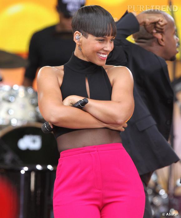 Alicia Keys a l'air satisfaite de sa coupe, en tout cas, elle l'assume à 100% sur la scène de Good Morning America.