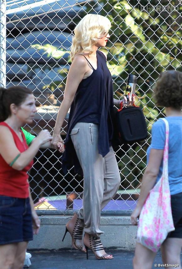 Gwen Stefani enfile une paire de talons hauts pour mettre sa silhouette en valeur.