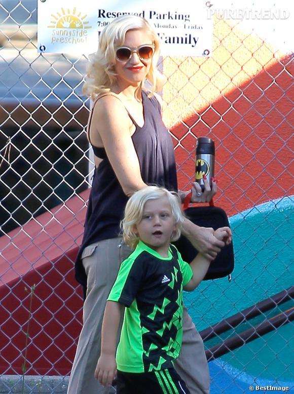Gwen Stefani arbore son beauty look rétro habituel.
