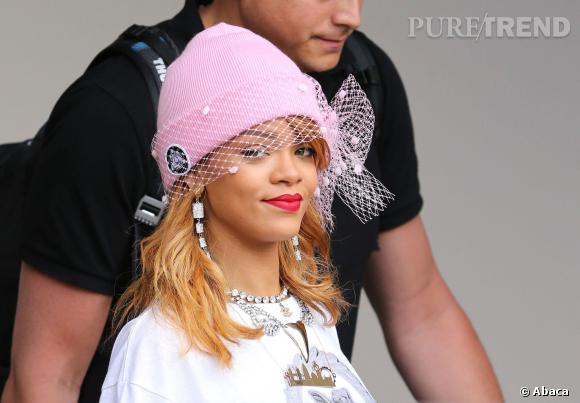 Le bonnet : la fashion obsession de Rihanna à copier ! Rihanna ose le bonnet rose à voilette signé Silver Spoon Attire