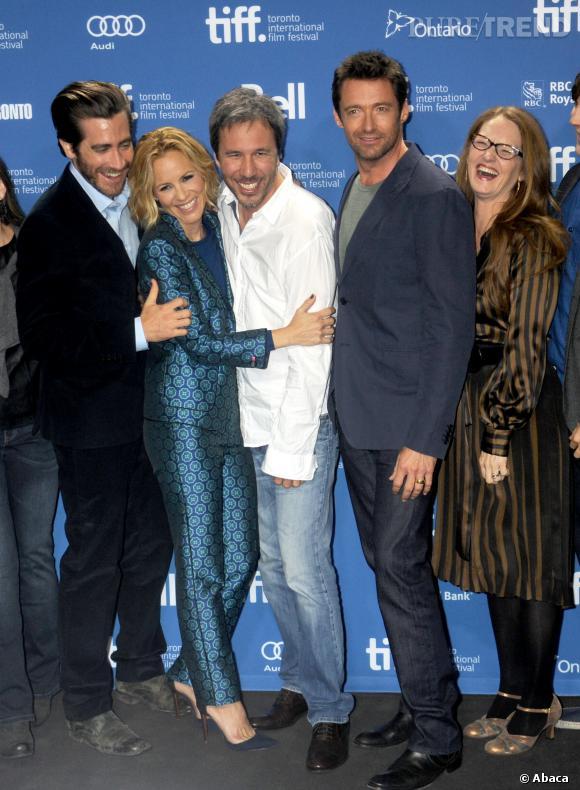 """Jake Gyllenhaal, Maria Bello, Denis Villeneuve, Hugh Jackman et Melissa Leo (de gauche à droite ndlr) dévoilent leur complicité lors de la conférence de presse du film """"Prisoners"""" à Toronto."""