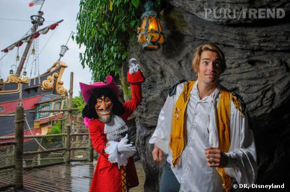 Camille Lacourt fait face au Capitaine Crochet à Disneyland Paris.