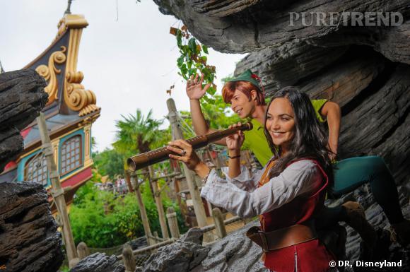 Valérie Bègue fait équipe avec Peter Pan pour garder un oeil sur le Capitaine Crochet.