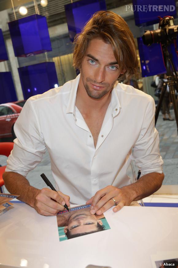 ClarinsMen a de quoi être fier de son égérie ! Camille Lacourt est très sérieux quand il s'agit de signer des autographes.