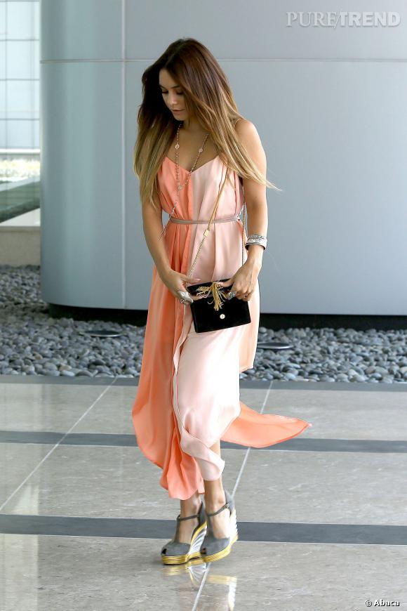 Vanessa Hudgens joue les gravures de mode dans les rues de Los Angeles le 19 septembre 2013.