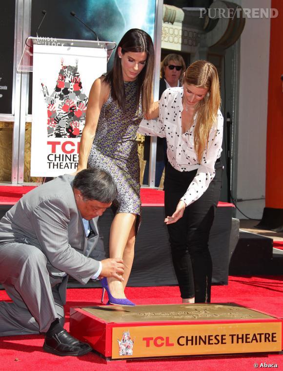 Sandra Bullock laisse son empreinte de pied.