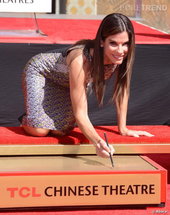 Sandra Bullock impose sa signature dans le béton.