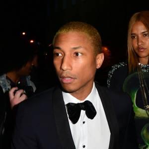 Pharrell Williams s'est essayé au blond, il en est ressorti avec des cheveux jaune. Sur des cheveux très courts comme les siens, c'est l'effet paillasson garanti.