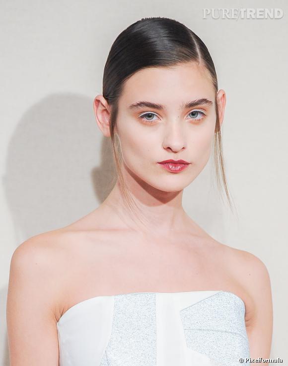 Le wet look plaqué, le liner blanc - Défilé Anne-Valérie Hash, collection Printemps-Été 2014.