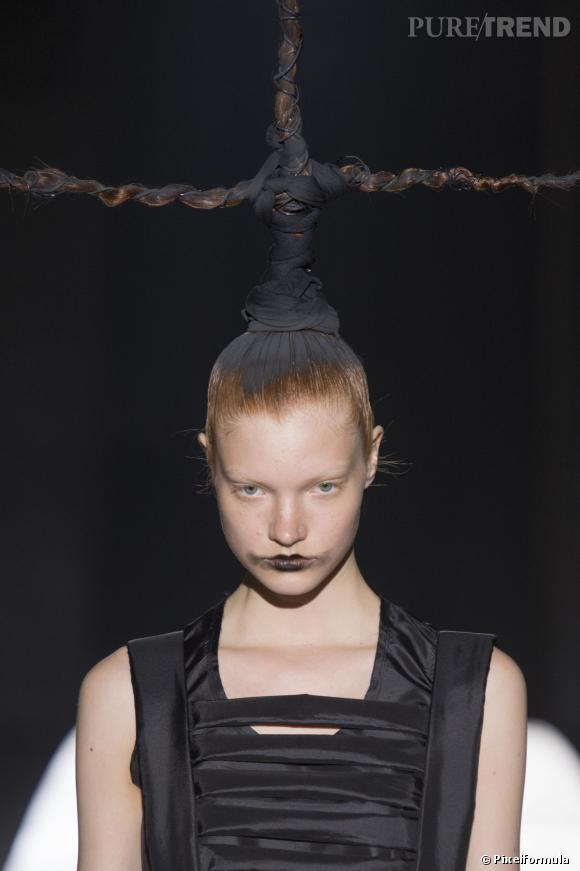 La ponytail crucifix - Défilé Comme des garçons printemps-été 2014