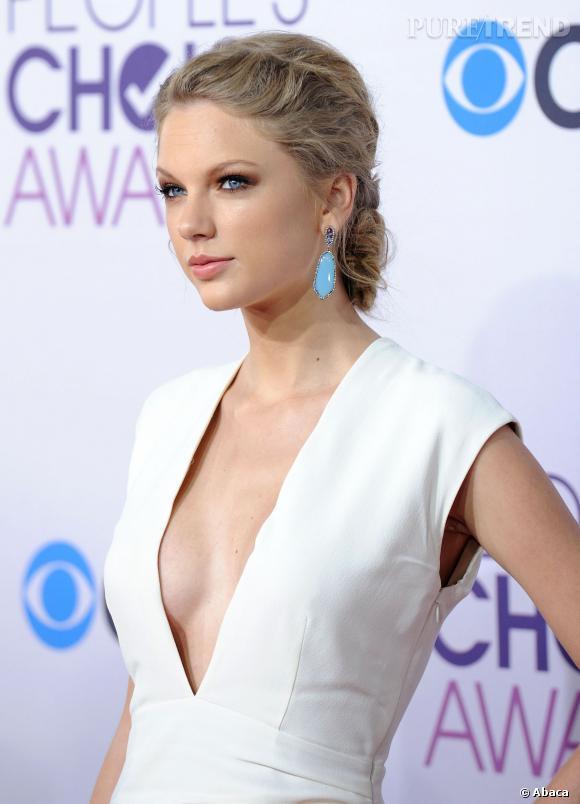Taylor Swift se la joue femme fatale avec son décolleté plongeant.