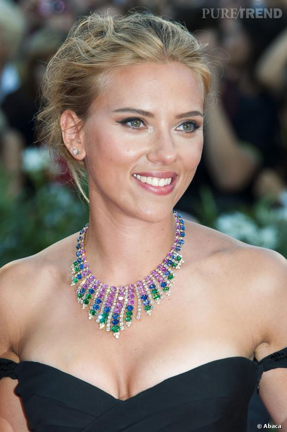 Scarlett Johansson affiche sa jolie poitrine.