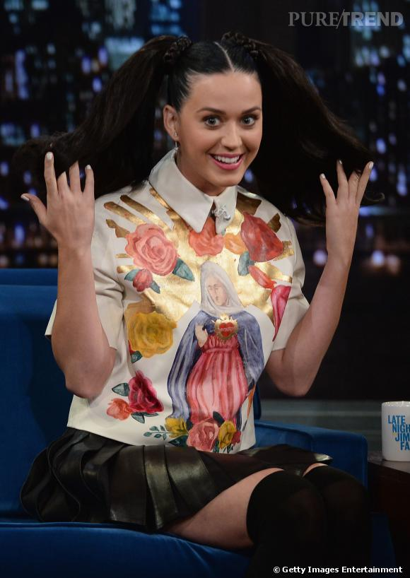 "Katy Perry écolière sexy sur le plateau de l'émission ""Late show with Jimmy Fallon""."