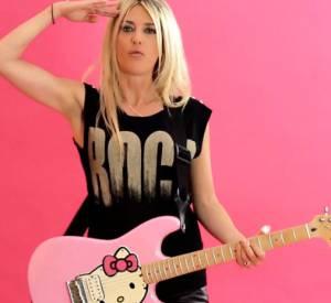 """Découvrez le clip """"Ta Différence"""", dans lequel Eve Angeli joue de la guitare Hello Kitty et danse topless !"""