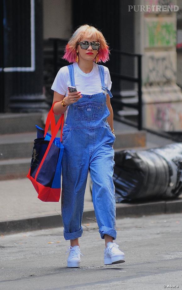 En plus d'une silhouette égratignée, Rita Ora en fait un peu trop côté nineties.