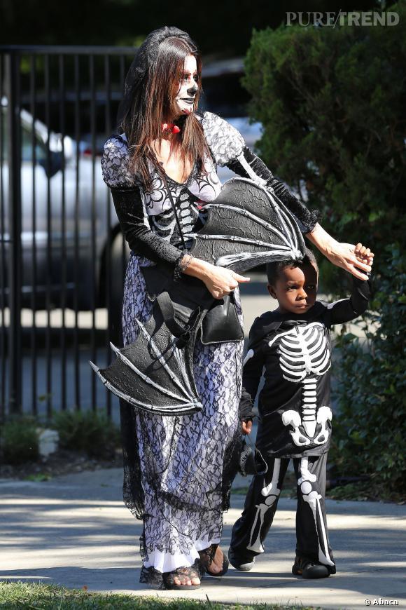 """Tandis que Sandra Bullock s'offre un maquillage """"Dia de los Muertos"""", Louis enfile un costume de squelette."""